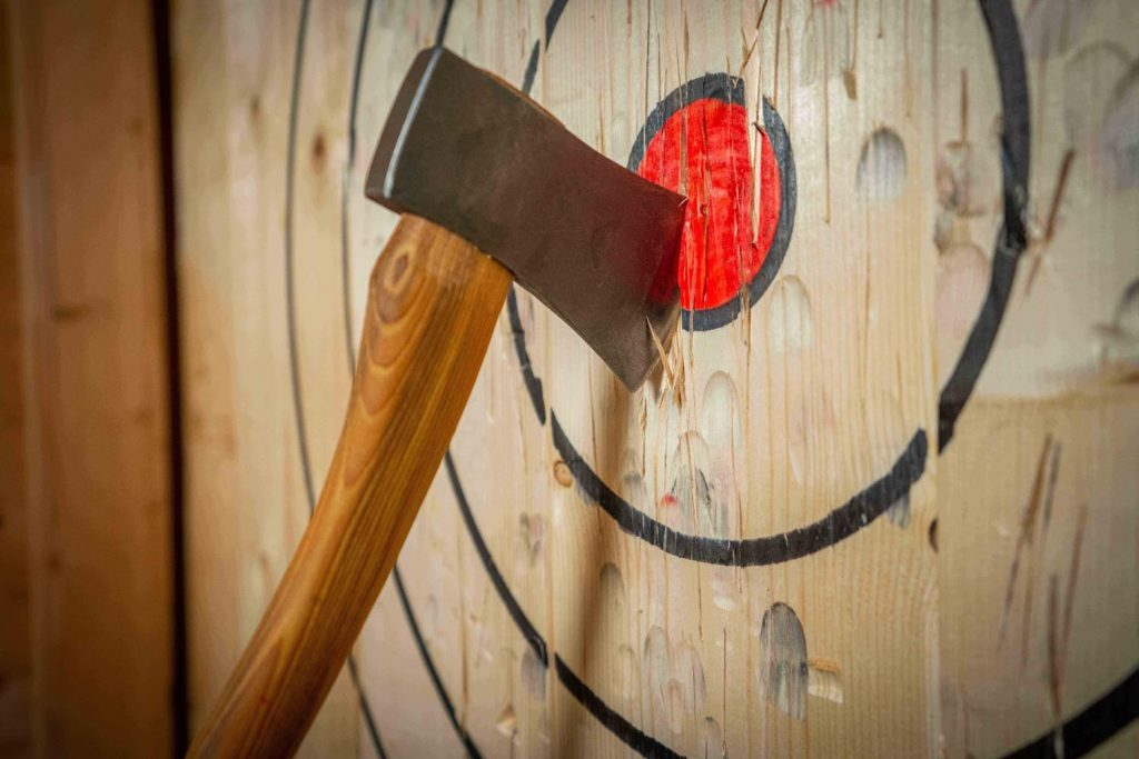 Real-Axe-Throwing-Bijl-in-target-DSC00633-1024x683